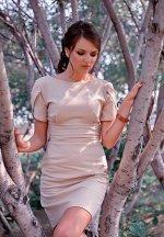 elegancka kobieta między drzewami
